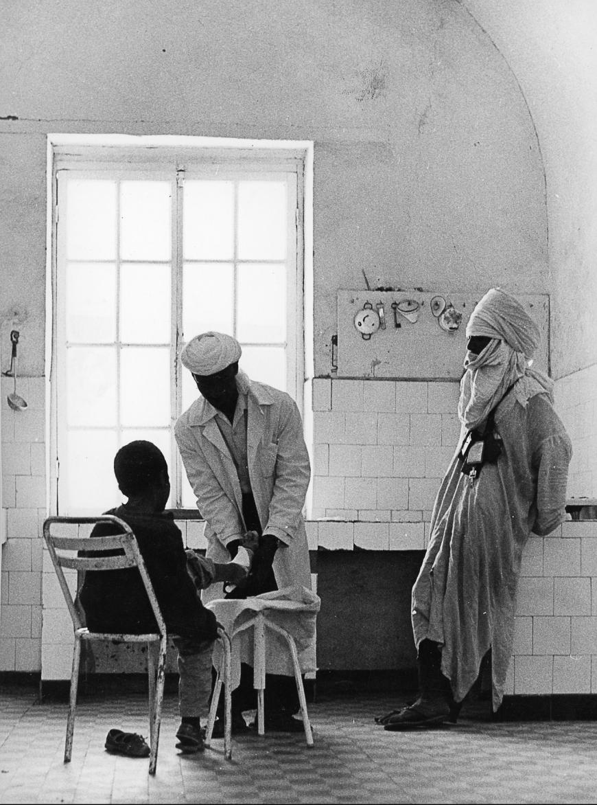 © Charles Henneghien – Dispensaire de Tamanrasset, blessure au pied par morsure de vipère (Algérie)